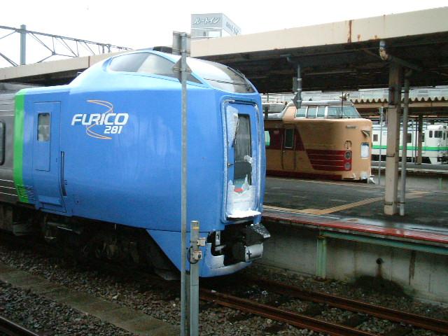 3)「スーパー北斗」と「白鳥」at函館駅.JPG