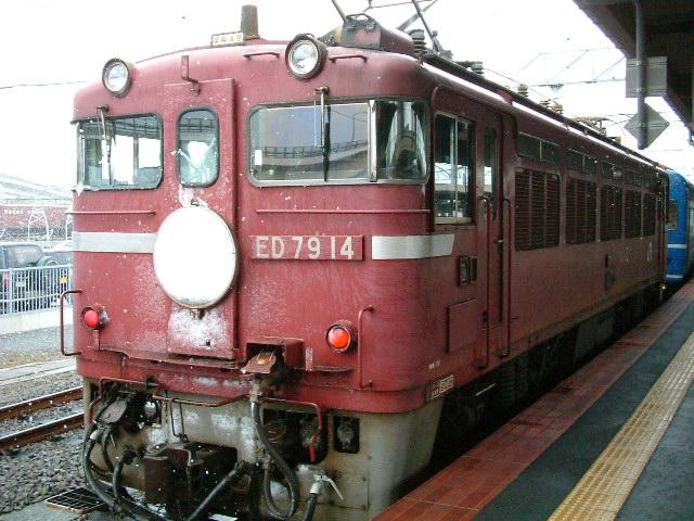 80)函館駅にて「雪の中おつかれさん」.JPG